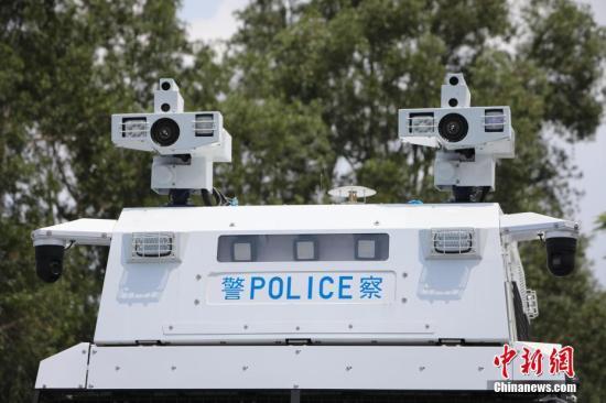 """8月12日,香港警方在位于粉岭的警察机动部队总部,首次展示人群管理特别用途车,即俗称的""""水炮车""""。a target='_blank' href='http://www.chinanews.com/'中新社/a记者 谢光磊 摄"""