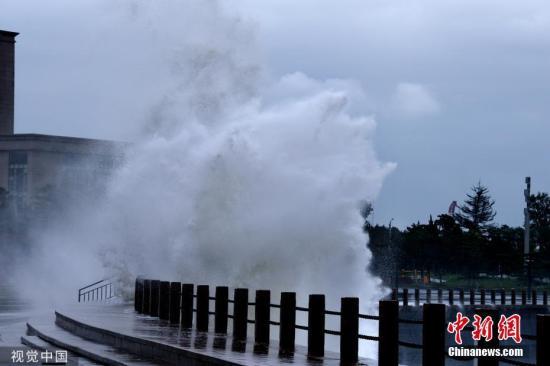 """2019年8月12日,受""""利偶马""""影响,山东省枯成市石岛公园海滨卷起巨浪,市平易近正在戒备线中纷繁摄影留影。 图片滥觞:视觉中国"""