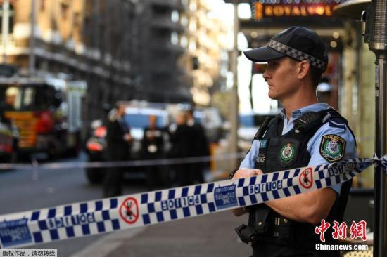 当地时间2019年8月13日,澳大利亚悉尼,澳大利亚悉尼市中心一名男子持刀袭击民众,警方发言人称,当地警方已经介入调查。有媒体报道称,至少一名女子被刺伤。据报道,警方表示,该名男子已被拘留。警方敦促公众出行避开事发点,即国王街和克拉伦斯街附近的区域。