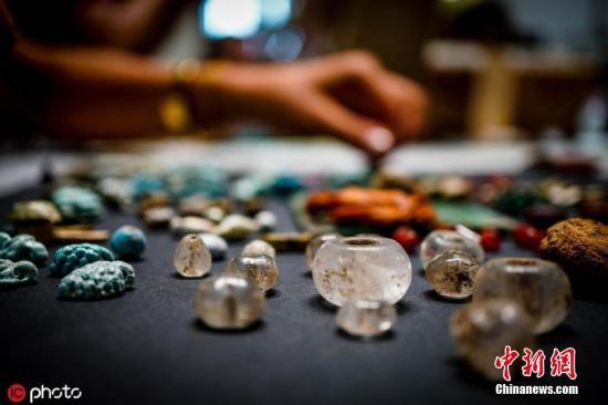 当地时间2019年8月12日,意大利龐貝古城,考古学家在龐貝发现了一个树干,里面有各种各样有趣的东西,包括石头、骨头等被认为在仪式中使用的物体。这些东西中有许多都被认为是一个巫师的收藏品。圖片來源:icphoto
