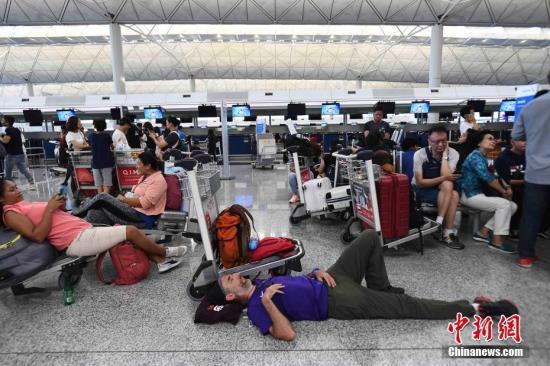资料图:8月13日下午,大批示威者以机场手推?#26723;?#22581;塞香港国际机场1号客运大楼旅客登机行段及保安闸门。<a target='_blank' href='http://www.tqepnt.tw/'>?#34892;律?/a>记者 麦尚旻 摄