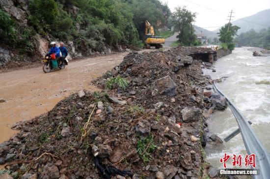 """资料图:台风""""利奇马""""致山东淄博部分道路因降雨被冲毁。中新社记者 刘震 摄"""