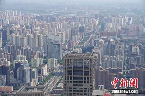 资料图为在国贸三期上拍摄的CBD建筑群。/p中新社记者 贾天勇 摄