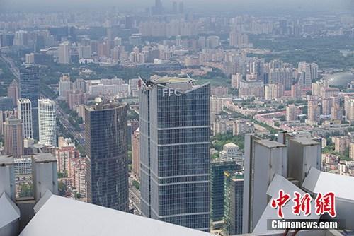 统计局:70年来中国常住人口城镇化率提高48.94个百分点