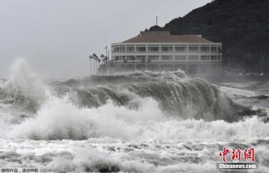 资料图:台风登陆掀起巨浪