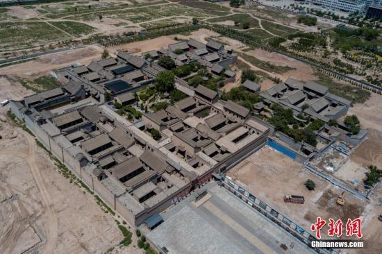 8月14日,山西省祁县,无人机航拍正在整改中的乔家大院景区。韦亮 摄