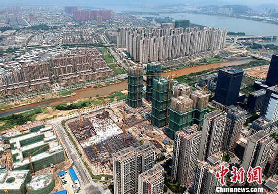 8月14日,中國國家統計局公布數據顯示,今年1-7月份,中國房地產開發企業土地購置面積9761萬平方米,同比下降29.4%,降幅比1-6月份擴大1.9個百分點;土地成交價款4795億元人民幣,下降27.6%。土地市場整體降溫明顯。受到調控保持高壓態勢、融資收緊等因素影響,中國房地產開發企業買地、投資等腳步放緩。今年前7個月,中國房地產開發企業土地購置面積和土地成交價款同比下跌接近三成;房地產開發投資增速也連續3個月收窄。資料圖為福州市閩江畔住宅林立。 <a target='_blank' href='http://www.shangketg.com/'>中新社</a>記者 呂明 攝