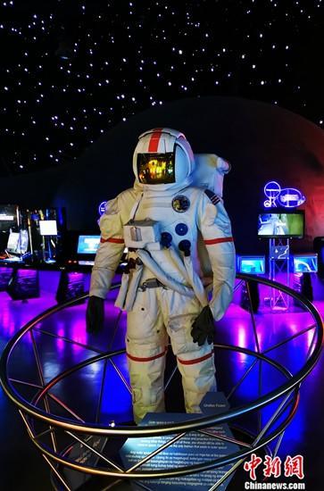 菲律宾总统杜特尔特于8月8日签署了《菲律宾太空法》,宣布成立菲律宾航天局(PhilSA)。图为8月10日,马尼拉BGC新城创意博物馆太空厅内的宇航服模型。<a target='_blank' href='http://212smoke.com/'>中新社</a>记者 关向东 摄