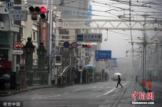 """当地时间2019年8月15日,今年第10号台风""""罗莎""""从日本广岛县吴市附近登陆,目前已知至少造成广岛县一人不幸死亡,另在德岛县等8县共有21人因强风受伤。日本产经新闻报导,当地时间下午3时左右,""""罗莎""""从广岛县吴市附近登陆,预计晚间将穿越西日本地方。日本气象厅持续呼吁民众留意台风可能带来的土石灾害,及淹水、河水暴涨泛滥等灾情。 图片来源:视觉中国"""
