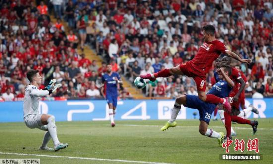 """当地时间5月15日,欧洲超级杯在土耳其伊斯坦布尔举行,利物浦通过点球大战7:6战胜切尔西,夺得本赛季欧洲超级杯的冠军。对于利物浦来说,伊斯坦布尔是奇迹的代名词。2005年欧冠决赛,利物浦在上半场0:3大比分落后,下半场他们顽强把比分扳平,最终在点球大战中战胜AC米兰,创造著名的""""伊斯坦布尔奇迹""""。图为利物浦前锋菲尔米诺在比赛中射门。"""