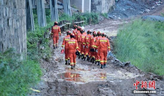 消防救援人员携带搜救犬前往现场搜寻。刘忠俊 摄