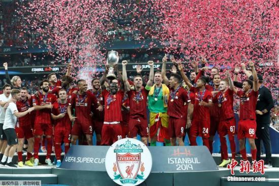 """当地时间5月15日,欧洲超级杯在土耳其伊斯坦布尔举行,利物浦通过点球大战7:6战胜切尔西,夺得本赛季欧洲超级杯的冠军。对于利物浦来说,伊斯坦布尔是奇迹的代名词。2005年欧冠决赛,利物浦在上半场0:3大比分落后,下半场他们顽强把比分扳平,最终在点球大战中战胜AC米兰,创造著名的""""伊斯坦布尔奇迹""""。图为利物浦捧起冠军奖杯。"""