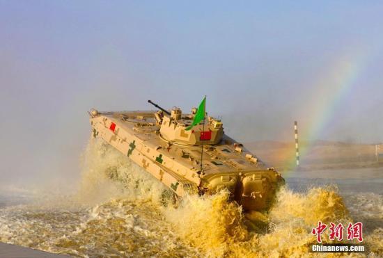 图为中国参赛队某型步战车通过涉水场的场景。 王小军 摄