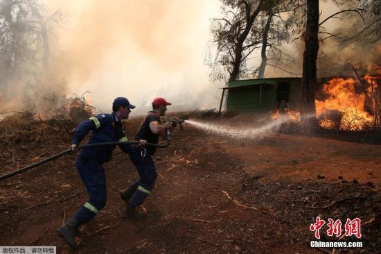 当地时间2019年8月14日,希腊埃维亚岛森林火灾持续。当地时间13日凌晨,该国雅典附近埃维亚岛发生特大森林火灾。强风令火势蔓延,几十公里外都能闻到烧焦味。图为消防人员进行灭火工作。