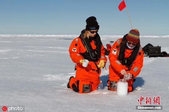 資料圖:一批科學家在北極鑽取的冰芯中發現塑料微顆粒,顯示塑料作為污染物已經遠及地球上最偏遠水域。圖片來源:ICphoto