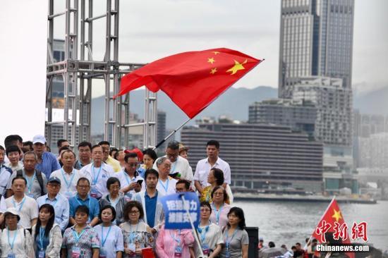 """8月17日,香港市民以及""""守护香港大联盟""""在金钟添马公园举行""""反暴力、救香港""""大集会,以充分表达香港社会反对一切形式的暴力,呼唤和谐稳定,尽快回复社会正Ů秩序的主���意。a target='_blank' href='http://www.chinanews.com/'中新社/a记者 李志华 摄"""