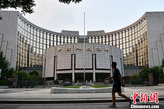 8月17日,为深化利率市场化改革,提高利率传导效率,推动降低实体经济融资成本,中国人民银行宣布,改革完善贷款市场报价利率(LPR)形成机制。资料图为8月6日,北京,市民从中国人民银行前经过。中新社记者 张兴龙 摄