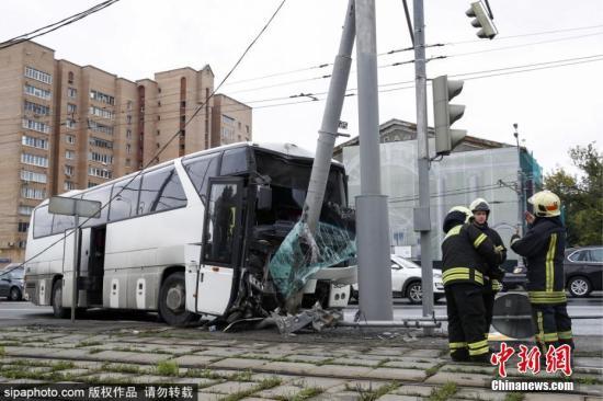资料图:俄罗斯莫斯科一辆旅游大巴发生事故。 图片来源:Sipaphoto版权作品 禁止转载