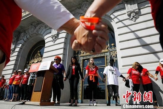 当地时间8月17日,数百人在美国旧金山市政厅外集会,要求联邦政府推动新的枪支管制立法,避免枪支泛滥引起的伤亡事䱯再度发生。近期接连发生的大规模枪击事䱯,令美国关于控枪的呼声再起。a target='_blank' href='http://www.chinanews.com/'中新社/a记者 刘关关 摄
