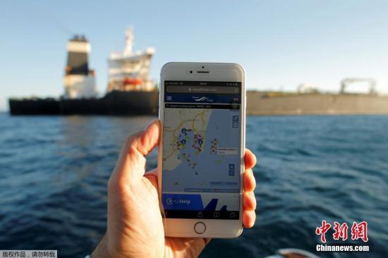 """当地时间8月18日,直布罗陀拒绝美国继续扣押伊朗油轮的要求,此前被扣押的""""格蕾丝一号""""已启航驶离直布罗陀。直布罗陀当局18日回应美国称,欧盟与美国法律不同,目前这种情况没有理由继续扣留伊朗油轮。据运输网站上的GPS数据显示,这艘油轮在当地时间18日午夜前不久起锚,开始驶离直布罗陀。"""