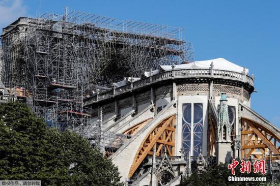 当地时间8月19日,法国巴黎圣母院修复工程重启第一天,工人戴着面罩在大教堂受损区域进行调查。由于巴黎圣母院部分建材含铅,在火灾中释出大量含铅灰尘,为保障工人健康,重建工作自7月25日暂时停止。