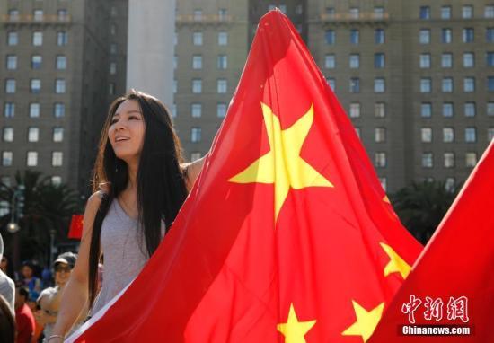 """当地时间8月18日,美国北加州各界华人、中国留学生以及中国游客数百人自发在旧金山联合广场举行集会,声讨香港激进示威者暴力乱港行径,表达""""一个中国""""立场。 中新社记者 刘关关 摄"""