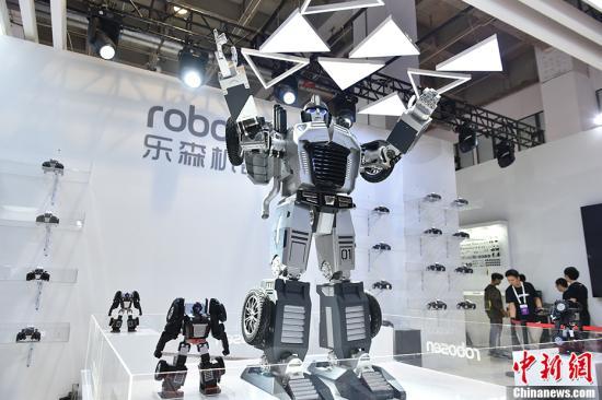资料图为大尺寸的机器人在表演舞蹈。中新网记者 李骏 摄