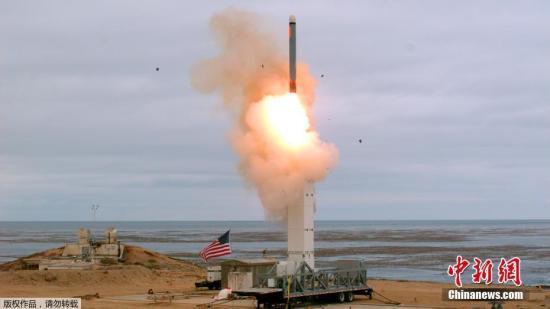 """资料图:8月20日消息,在正式退出《中导条约》后不到三周,美国国防部19日宣布,已测试一枚未装备核弹头的地基巡航导弹试验,该导弹曾被《中导条约》禁止。美国国防部公布了一段画面,显示测试一种能够覆盖500公里射程的新型陆基巡航导弹。五角大楼在声明中说,该导弹在""""离开陆基可移动导弹发射器,经过了超过500公里的飞行后,精准地击中了目标""""。"""