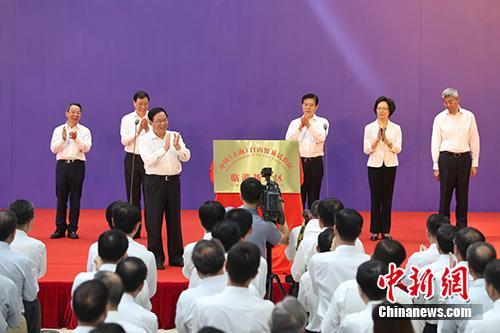 图为上海市委书记李强为临港新片区揭牌。<a target='_blank' href='http://www.eoee.com.cn/'>中新社</a>记者 张亨伟 摄