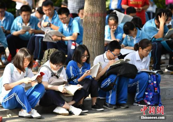 资料图:考生们在高考前抓紧时间复习功课。 中新社记者 翟羽佳 摄