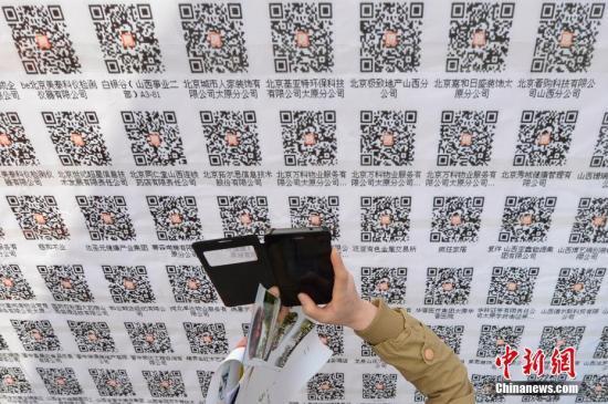 资料图:求职者使用手机扫描企业二维码投递电子简历求职。 <a target='_blank' href='http://www.chinanews.com/'>中新社</a>记者 韦亮 摄