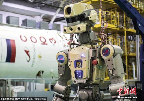 "Skybot F-850社交媒体曾发布首条推文——""嘿,伙计们,我是Skybot F-850。但你可以叫我为'费奥多尔'。现在,我将掌握联盟号MS-14飞船的控制权,我计划于2019年8月22日飞往#国际空间站。""资料图为机器人为前往国际空间站做准备。"