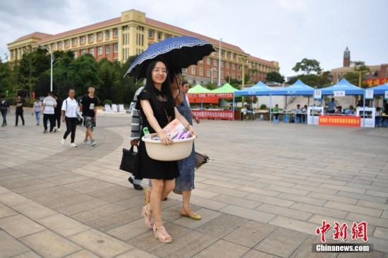 8月22日,位于昆明的云南大学迎来开学季,众多就读该校的大一新生在父母和学长们的陪伴下报到入学,开启自己的大学生活。中新社记者 刘冉阳 摄