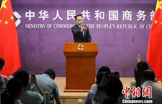 8月22日,中国商务部新闻发言人高峰回应中美经贸摩擦系列问题时称,希望美国纠正三项错误做法。中新社记者 赵隽 摄