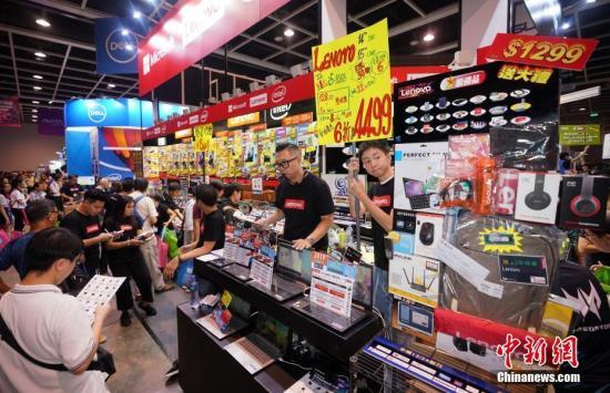"""8月23日,2019香港电脑通讯节在香港会展中心开幕。本届电脑节主题为""""科技改善生活,开创无限可能"""",众多资讯产业的知名品牌参展。有參展商表示,受最近社会事件和经济形势影响,预计今年的整体客流量将比去年减少,因此会推出更加优惠的价格吸引消费者,希望提振销售行情。<a target='_blank' href='http://www.chinanews.com/'>中新社</a>记者 张炜 摄"""