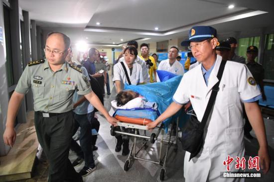 8月22日,伤员抵达位于昆明的中国人民解放军联勤保障部队第920医院。当日晚,在老挝北部遭遇车祸受伤严重的4名中国游客分别搭乘东方航空公司民航客机和中国人民解放军军方救护直升机转运回国,其中一位已转送至位于昆明的中国人民解放军联勤保障部队第920医院,另外三名伤员已由中国人民解放军军方救护直升机空运至云南普洱解放军第927医院抢救治疗,明天继续由该直升机转送至昆明第920医院。<a target='_blank' href='http://www.chinanews.com/'>中新社</a>记者 刘冉阳 摄