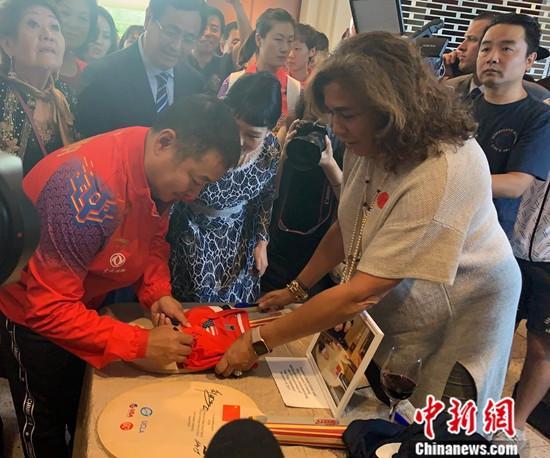 图为中国乒乓球协会主席刘国梁在位于尼克松故乡加州约巴林达市的尼克松总统图书暨博物馆内签名留念。中新社记者 张朔 摄