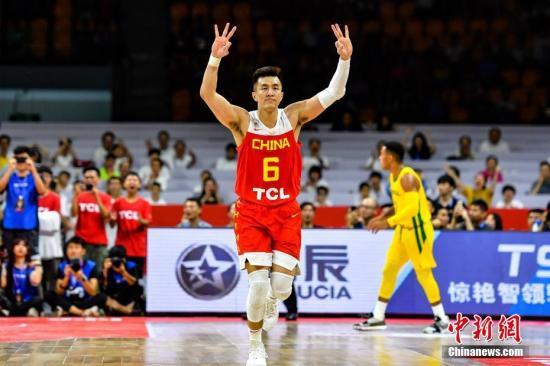 資料圖:2019中巴國際男籃對抗賽,中國男籃84比90不敵巴西男籃。圖為中國男籃球員郭艾倫在比賽中投進三分球後舉手慶祝。 /p中新社記者 陳骥旻 攝