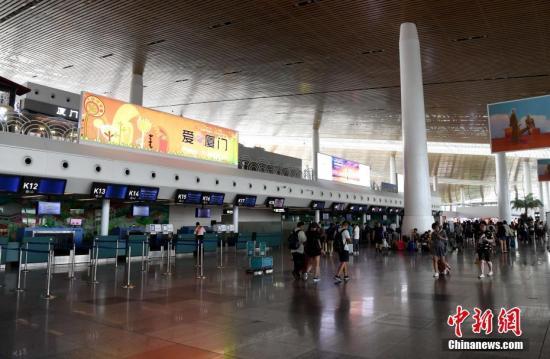 """8月24日,厦门机场的出发大厅。受今年第11号台风""""白鹿""""影响,截至14点50分,厦门机场已取消航班143架次。 中新社记者 张斌 摄"""
