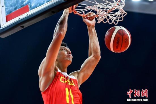 資料圖:8月23日晚,2019中巴國際男籃對抗賽在廣州開打,圖為中國男籃球員易建聯在比賽中扣籃。 /p中新社記者 陳骥旻 攝
