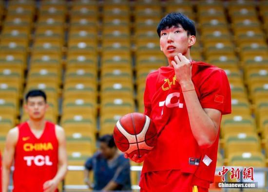 8月25日,中国男篮在武汉体育中心体育馆进行热身,周琦在场上训练。2019国际篮联篮球世界杯已进入倒计时,中国男篮迎来最后一场热身赛,对手是巴西男篮。 中新社记者 张畅 摄