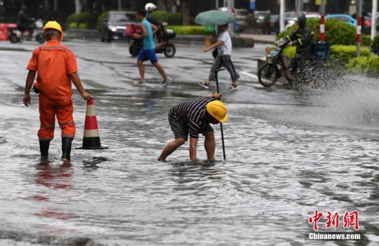 """8月25日,台风""""白鹿""""带来的大风和暴雨,造成厦门市区路面出现不同程度的积水。<a target='_blank' href='http://www.chinanews.com/'>中新社</a>记者 张斌 摄"""