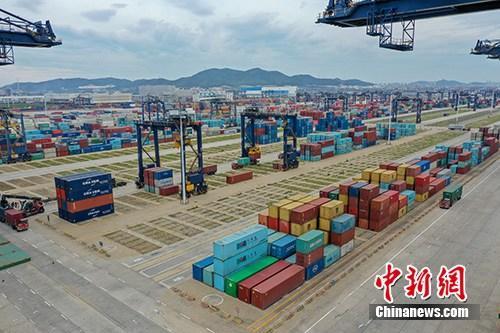资料图:航拍辽宁港口集团大连港集装箱码头。