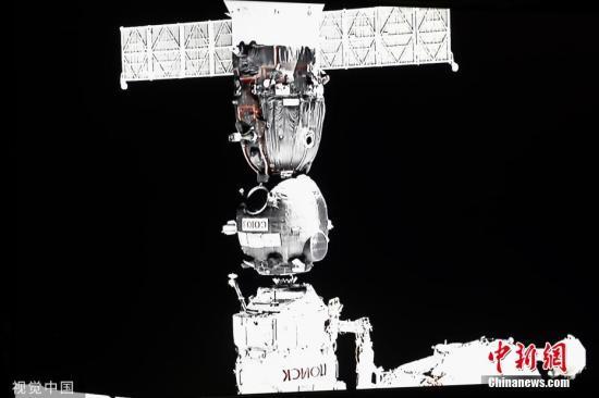 """材料图:本地工夫8月26日,俄罗斯莫斯科地域,俄罗斯联邦航天局公营公司使命掌握中间曲播""""同盟MS-13""""号飞船从头对接国际空间站其他模块舱,为拆载""""费奥多我""""机械人的""""同盟MS-14""""号飞船从头测验考试对接缔造前提。图片滥觞:视觉中国"""
