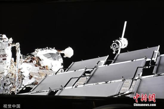 """当地时间8月26日,俄罗斯莫斯科地区,俄罗斯联邦航天局国营公司任务控制中心直播""""联盟MS-13""""号飞船重新对接国际空间站其他模块舱,为搭载""""费奥多尔""""机器人的""""联盟MS-14""""号飞船重新尝试对接创造条件。图片来源:视觉中国"""