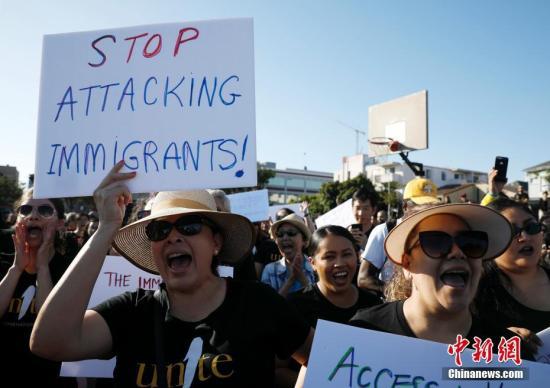 """当地时间8月27日,数百名亚裔移民以及移民权益倡导者在美国加利福尼亚州奥克兰举行集会,抗议特朗普政府""""公共负担""""新规。<a target='_blank' href='http://www.chinanews.com/'>中新社</a>记者 刘关关 摄"""