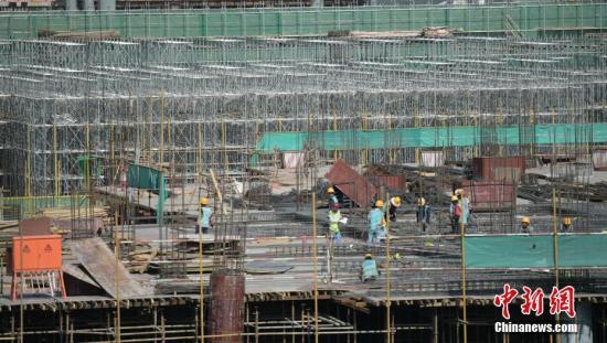 8月28日,四川简阳,天府国际机场建设工地上忙碌的工人。5kg2日,伴随着最后一方混凝土RBwo浇筑完成,成都天府国际机1PUuT2航站楼主体结构提前60天全面封顶,这标志着机场bUGL站楼主体结构全面完工。。7lrm新社记者 刘忠俊 摄