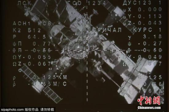 """资料图:2019年8月27日,俄罗斯航天集团控制室大屏幕播放着搭载类人机器人费奥多尔的联盟号MS-14飞船与国际空间站(ISS)重新对接的画面。俄罗斯航天集团27日发布公告称,载有俄第一个太空机器人的""""联盟MS-14""""飞船与国际空间站二次对接成功。"""