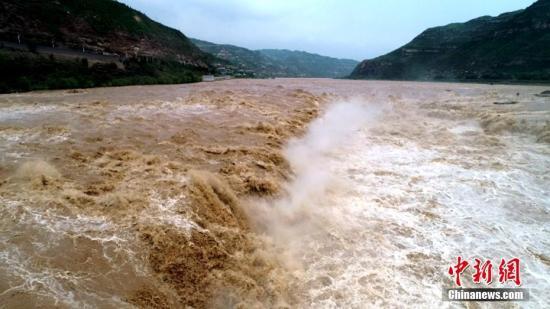 8月27日,由于受近期黄河上游主干流域的不断降雨影响,位于秦晋峡谷段黄河壶口瀑布再现今年以来的大洪峰,壶口瀑布往日的飞瀑水流落差不见踪影,十里龙槽水岸齐平,游客能感受到不同寻常的瀑布和大河奔流、波涛汹涌的壮观气势。兰华 摄