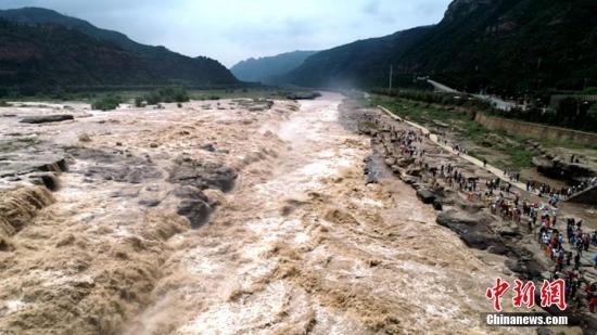 资料图:8月27日,受近期上游主干流域降雨影响,黄河壶口瀑布再现今年以来的大洪峰。兰华 摄